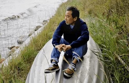 Haruki Murakami sitzt auf einem Boot am Meer