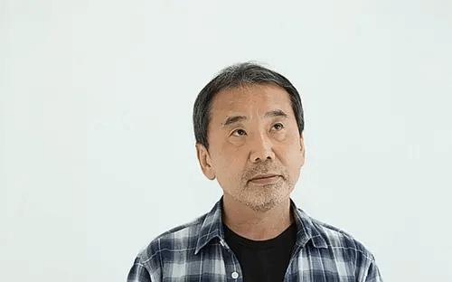 Haruki Murakami schaut nachdenklich nach oben