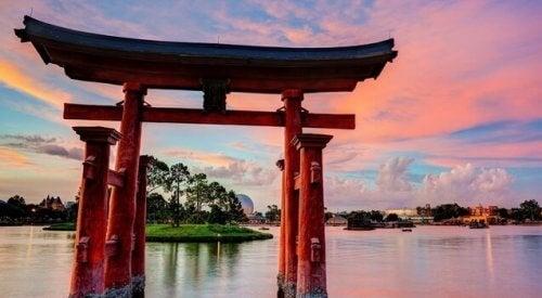 Japanische Architektur vor See