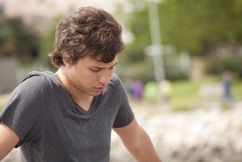 Ein Junge in später Adoleszenz