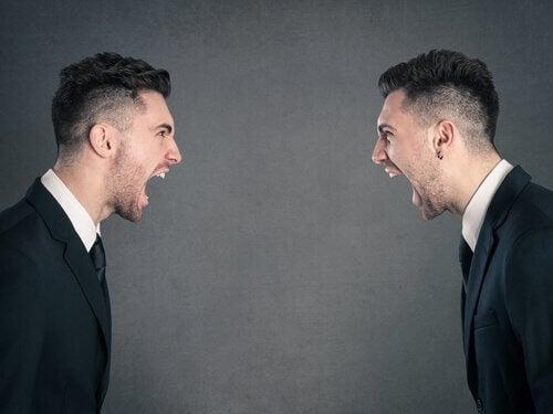 Zwei Männer, die sich anschreien
