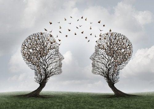 Zwei Bäume in der Form von menschlichen Köpfen kommunizieren über Vögel.