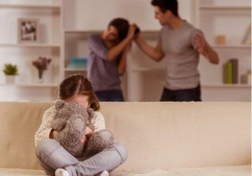 Mädchen leidet unter sich streitenden Eltern