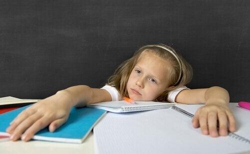 Mädchen mit vielen Hausaufgaben