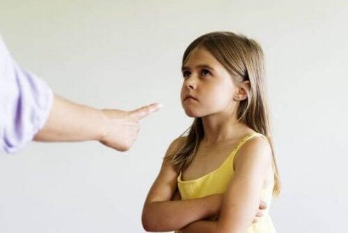 Mädchen wird bestraft