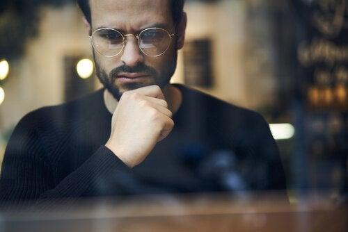 Mann mit Brille denkt nach