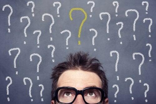 Mann mit Fragezeichen über seinem Kopf