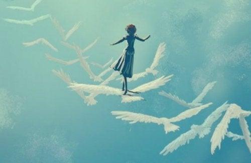 Ein Mädchen, das auf Vögeln in den Himmel fliegt