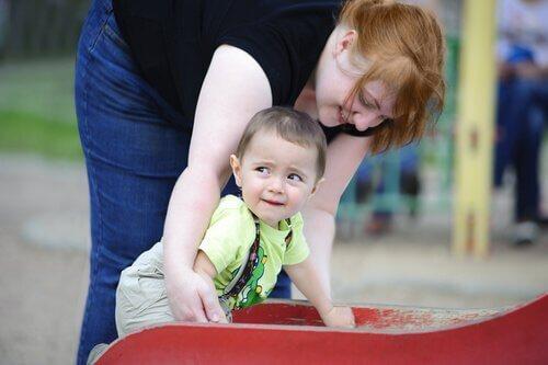 Mutter und Kind an einer Rutsche