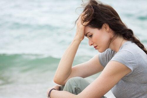 Eine besorgte Frau am Meer