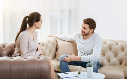 Ein Paar unterhält sich auf der Couch.