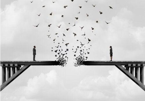 Paar steht auf einer Brücke, die sich allmählich auflöst