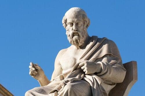 Skulptur von Platon, der sitzt