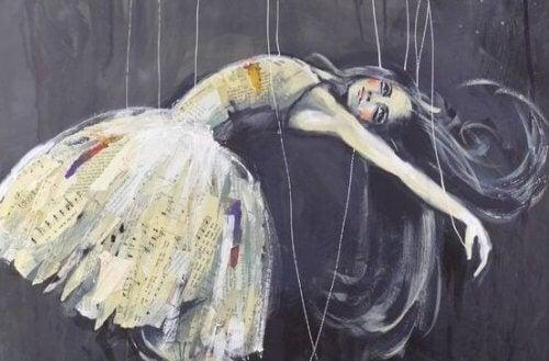Eine Frau, die von Fäden gehalten wird, wie eine Marionette