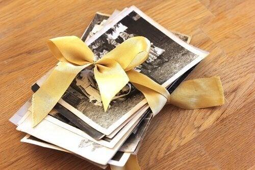 Positive Erinnerungen können wir durch das Betrachten von alten Fotos ins Gedächtnis rufen.