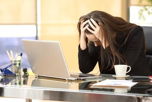 Eine Frau ist von der Arbeit gestresst.