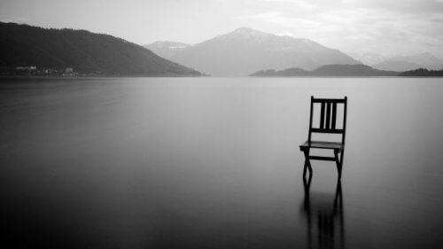 Stuhl in einem See
