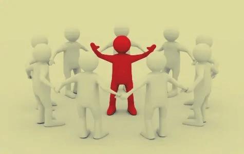 Gruppe aus weißen Männchen umringt ein rotes Männchen