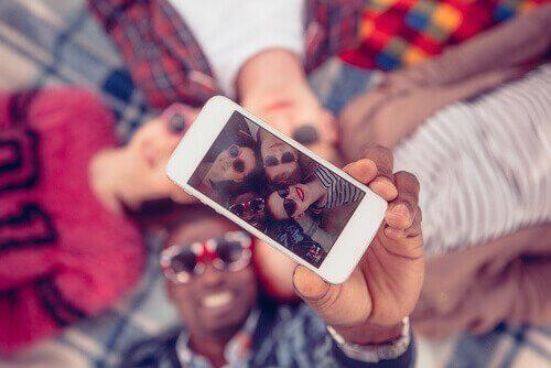 Eine Gruppe von Freunden, die ein Selfie aufnehmen
