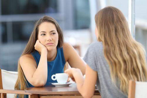 Zwei Freundinnen unterhalten sich miteinander.