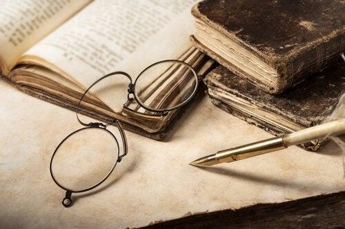 Brille liegt über alten Büchern.