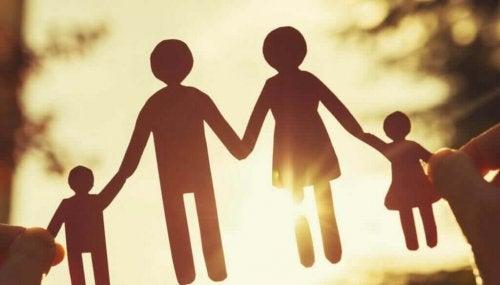 Familie aus Papierfiguren