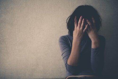 Frau, die an emotionalem Missbrauch leidet - die bipolare Störung