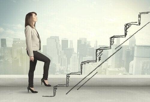 Frau, die eine Stufe hinaufsteigt - als Metapher zum beruflichen Aufstieg