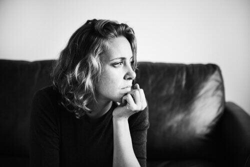 Nachdenkliche Frau auf dem Sofa