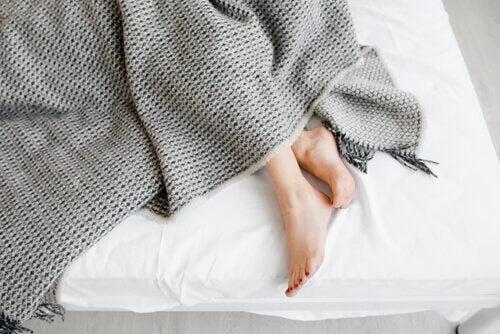 Mädchenbeine im Bett.