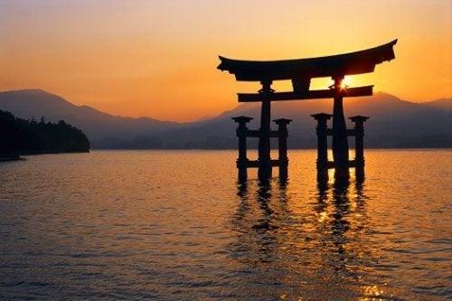 Japanische Architektur in einem See