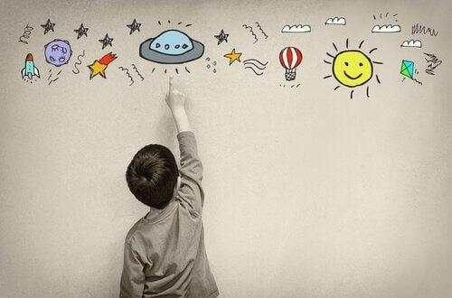 Ein Kind, das auf bunte Bilder zeigt