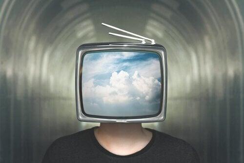 Mann mit Fernseher als Kopf
