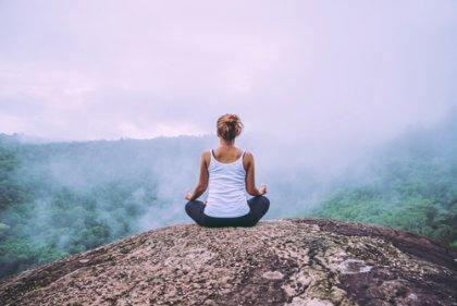 Frau lernt negative Emotionen akzeptieren