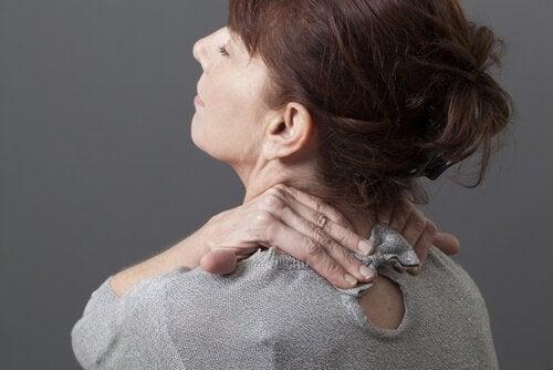 Eines der Symptome von Schleudertrauma sind Nackenschmerzen.