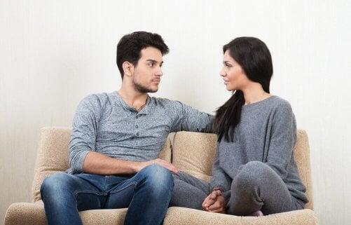 Engagement in Beziehungen erfordert offene Diskussionen.