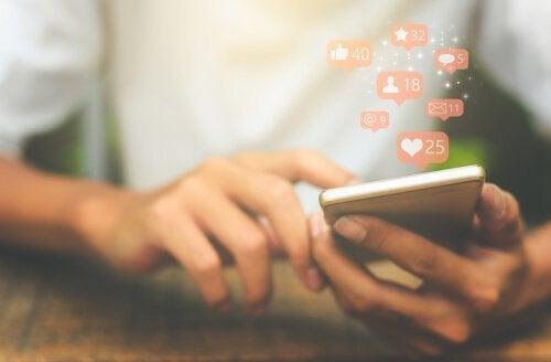 Geselligkeit ist eine der Eigenschaften von Influencern, die ihnen viele Likes in den Sozialen Netzwerken garantiert.