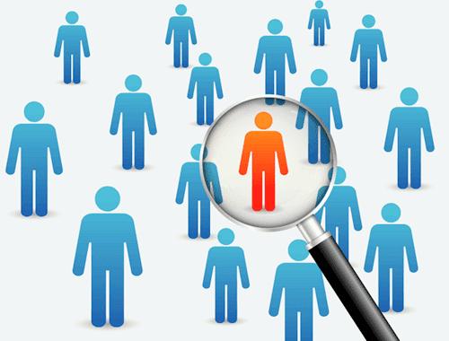 Eine Person in rot zwischen anderen Personen in blau