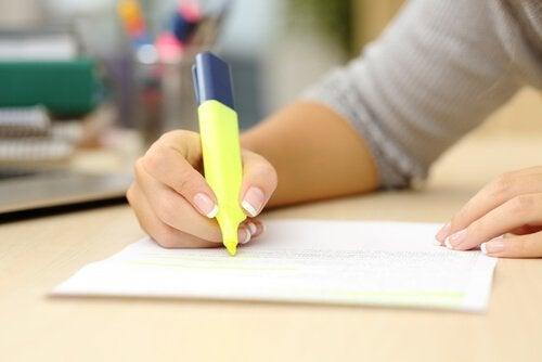 Um den Restorff-Effekt zu nutzen, können wir unsere wichtigen Notizen mit Highlighter hervorheben.