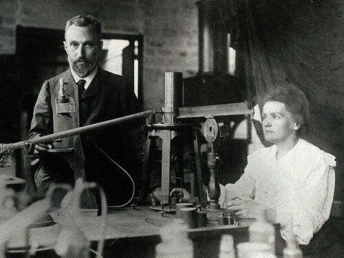 Pierre und Marie Curie machten wichtige Entdeckungen im Bereich der Physik und Chemie.