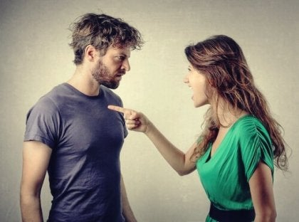 Ein paar streiten sich. Die Bindung in einer Beziehung ist wichtig.
