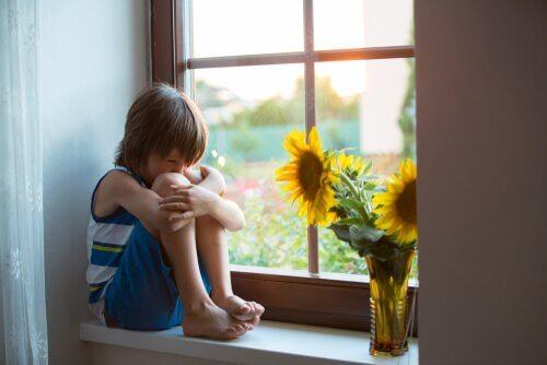 Trauriger Junge fühlt sich als Versager