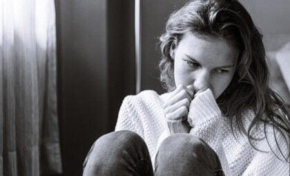 Traurige Frau muss emotionalen Wortschatz ausbauen