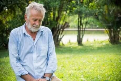 Älterer Mann mit Sklaven-Großeltern-Syndrom