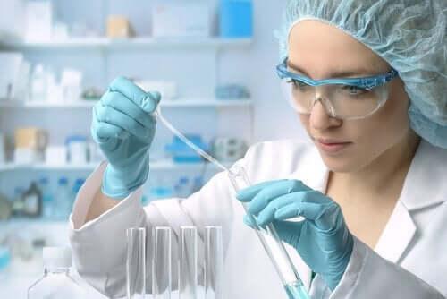 Eine Wissenschaftlerin in einem Labor.