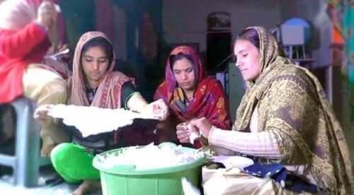 Indische Frauen stellen Binden her.