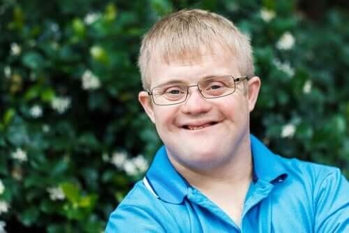 Ein Junge mit einer geistigen Behinderung.
