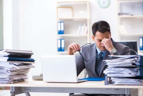 Überarbeiteter Angestellter im Büro: niemand ist unersetzbar!