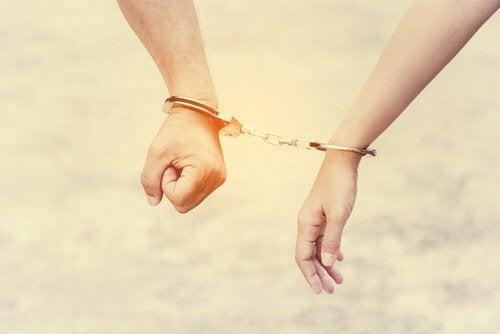 ungesunde Beziehung - Handschelle