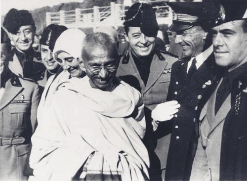 Gandhi von Menschen umgeben.